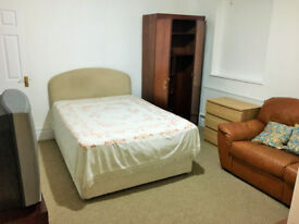 LODGERS WANTED FOR LARGE DOUBLE ROOM ENSUITE WITH OWN PRIVATE ENTRANCE (BILLS Inc)