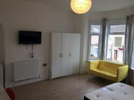 2 x Double rooms for singles...young, professionals in house! All bills included, no extras!