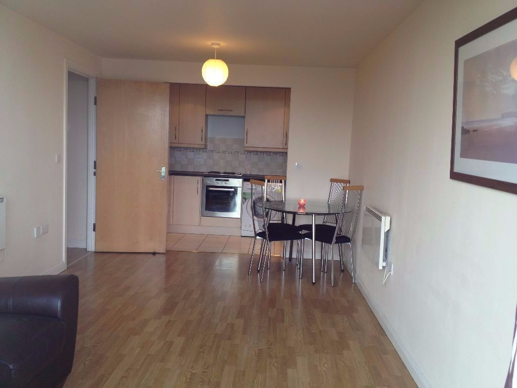 AN IMMACULATE TWO DOUBLE BEDROOM MODERN APARTMENT CLOSE TO FELTHAM STATION-TWO BATHROOMS