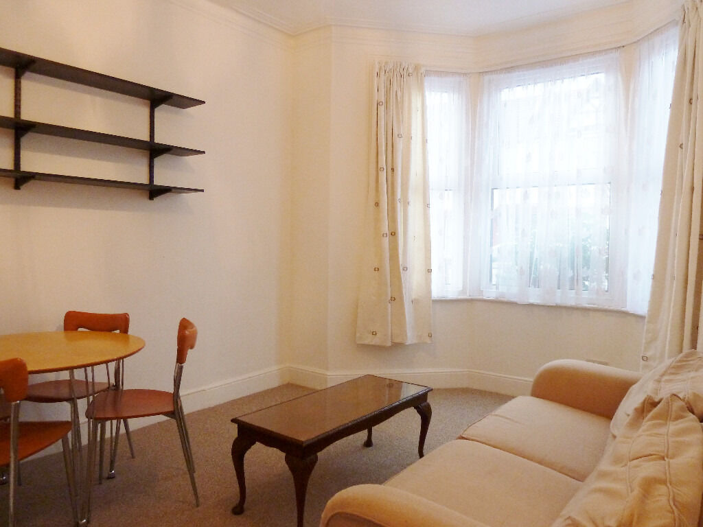Beautiful 2 Bed Flat Recently redecorated with Garden!! NW10