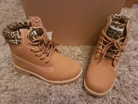 Kids size 13.5 tan and leapored timberland boots