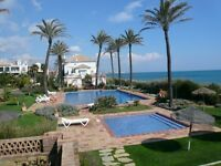 Frontline beach, Penthouse, sleeps 8. 30 mins Gibraltar/Marbella. Restaurants/Beaches/golf all near.