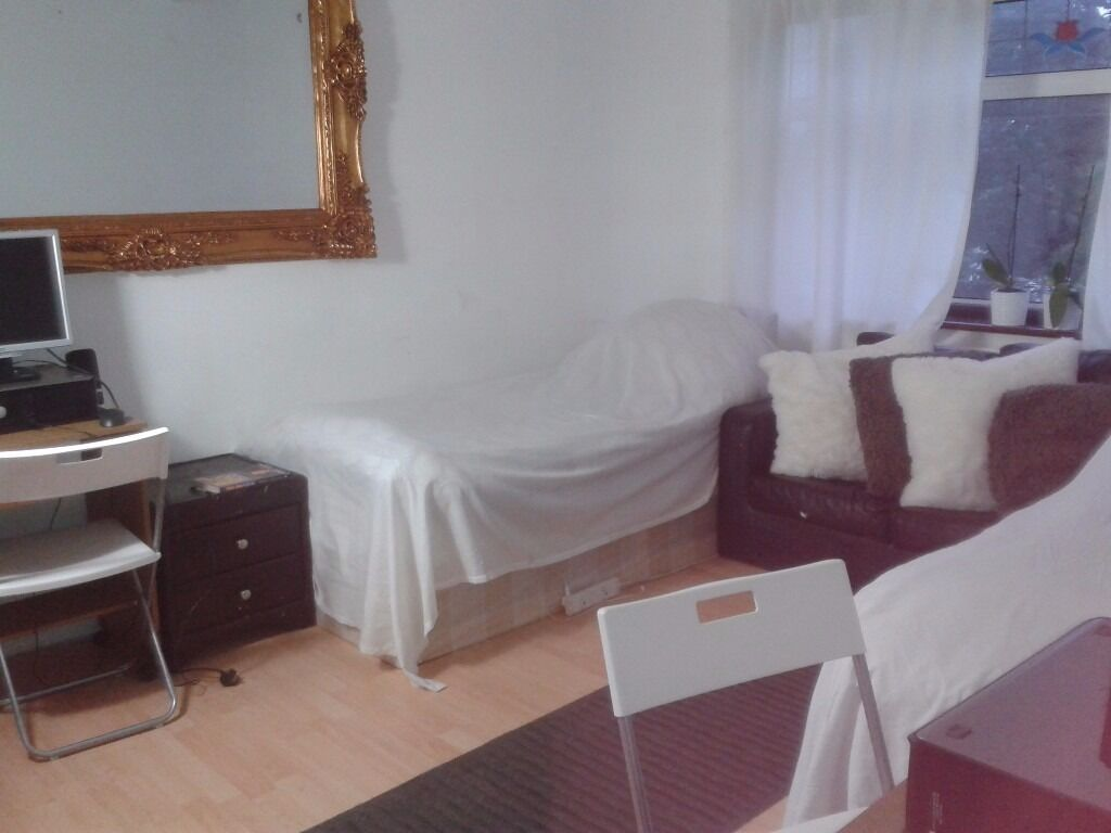 N14 large double bedroom all bills included from