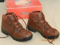 Mens leather hiking boots. Size 9 (43). Good condition-hardly worn