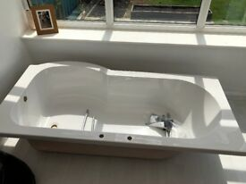 Right handed P-shaped bath. 1675x850mm.
