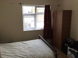 Large Double Bedroom.7 Min Walk Barking Station.New clean House for Professionals.All Bills Included