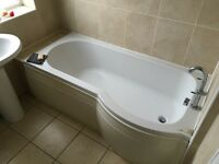 ******Full white bathroom suite with Taps, shower screen etc ******
