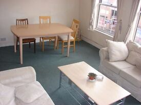 Light Spacious 2 Double Bed 2nd Floor Flat minute away from Tube