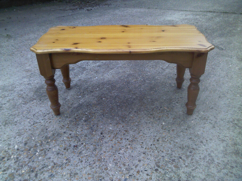WOODEN COFFEE TABLE GREAT CONDITION