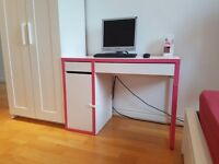 Lovely computer desk in excellent conditions