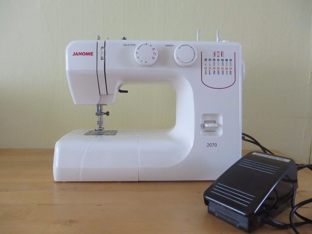 JANOME 2070 SEWING MACHINE Very Good Condition with pedal and Instruction  Manual