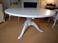 Distressed look round table, seats 6 £10 ono