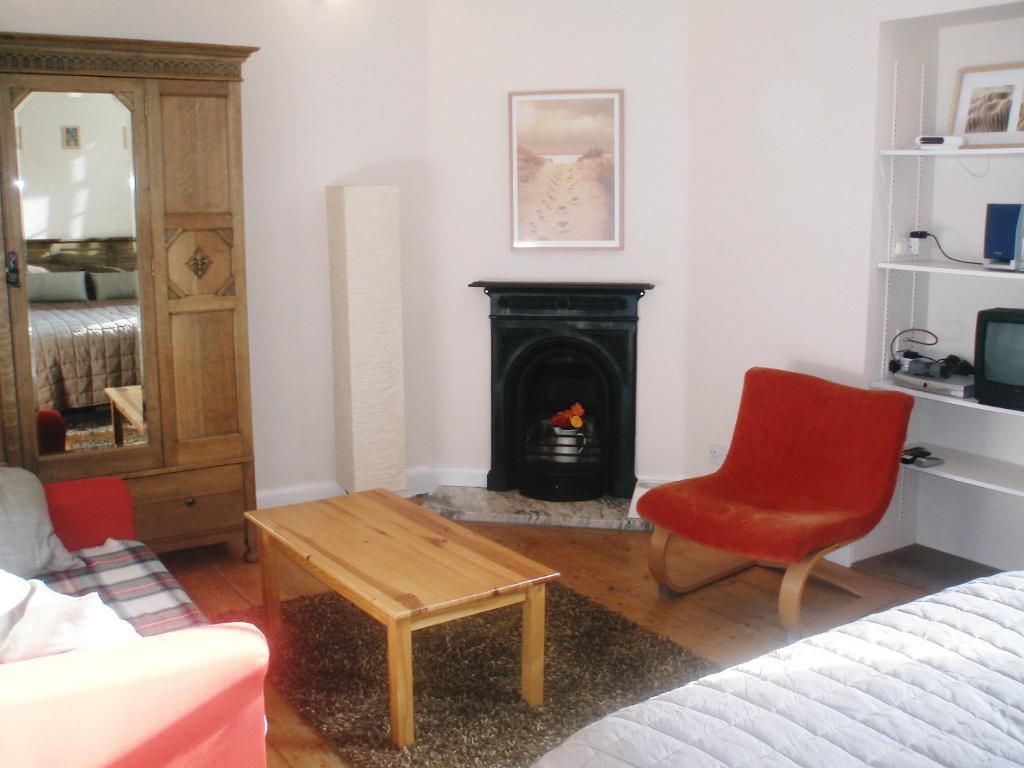 SHORT TERM LET: (Ref: 170) Sciennes House Place. Lovely 1 bedroom large studio!