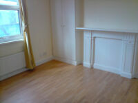 £425 / week - Three bedroom flat ona Munster Road close to Fulham Palace Road