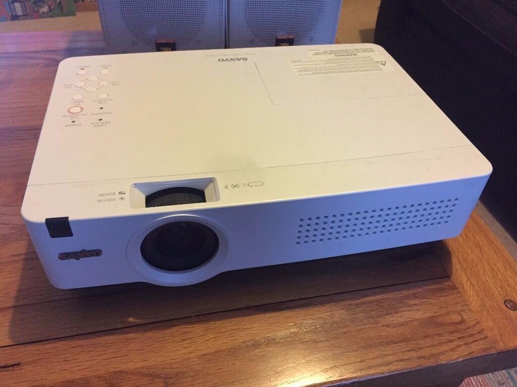 Sanyo XU-300 projector
