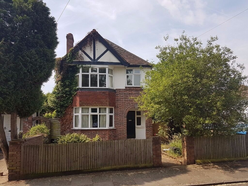 3 Bedroom Detached house To Let in Hounslow