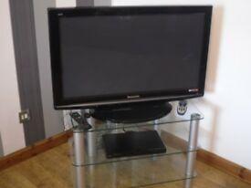 37 Inch Panasonic DV3 Digital TV with remote and built in freeview with dvd and glass stand
