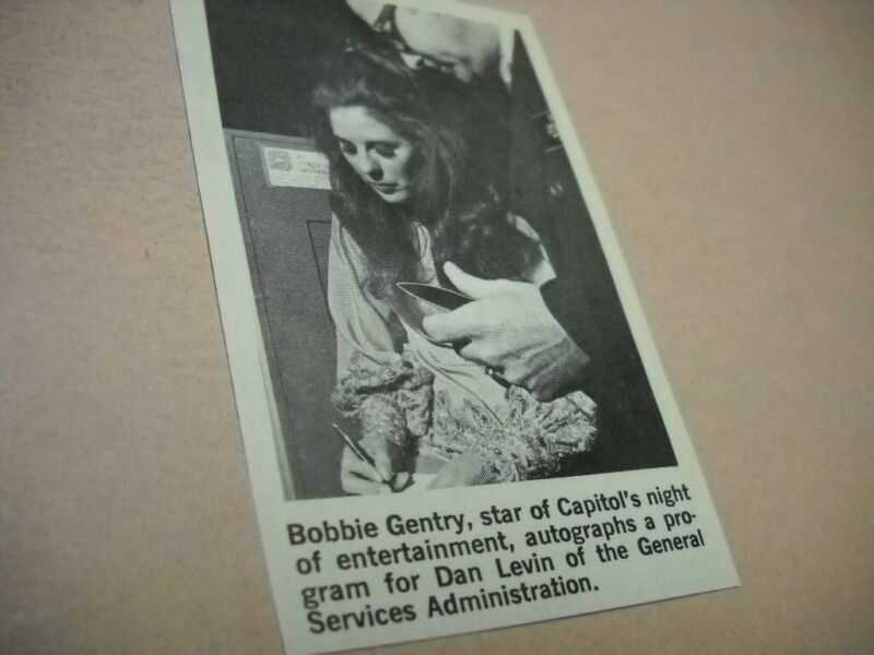 BOBBIE GENTRY signing autigraph Original 1971 music biz promo pic with text