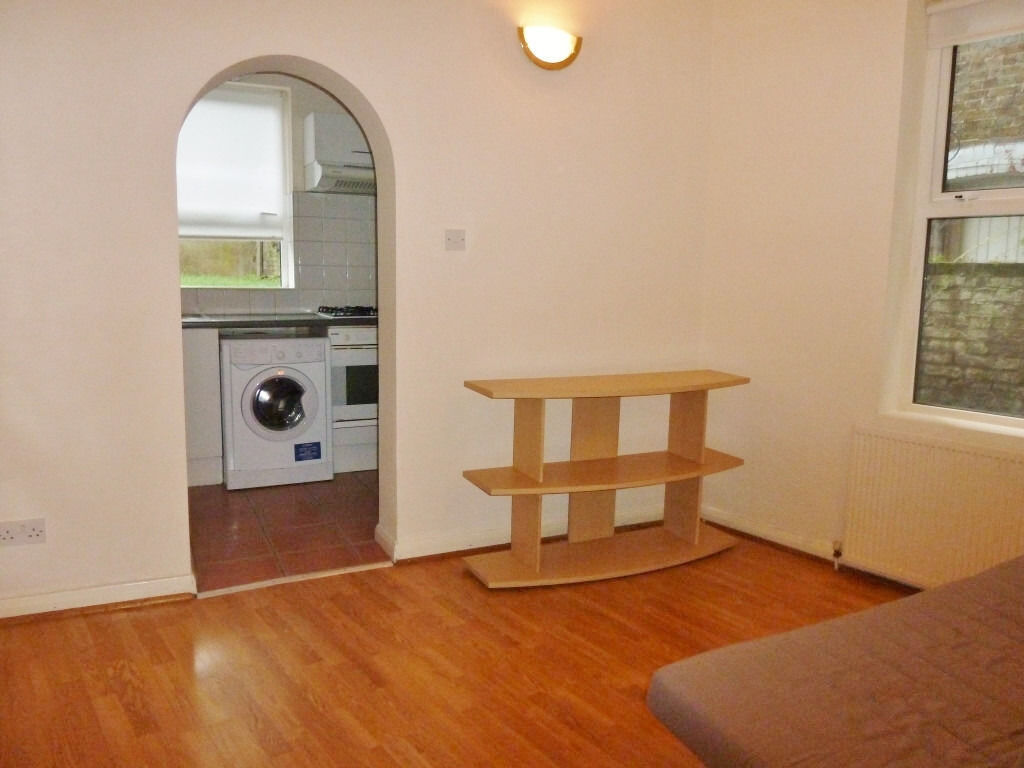 1 bedroom flat in Willesden Green. Available from 30th June.