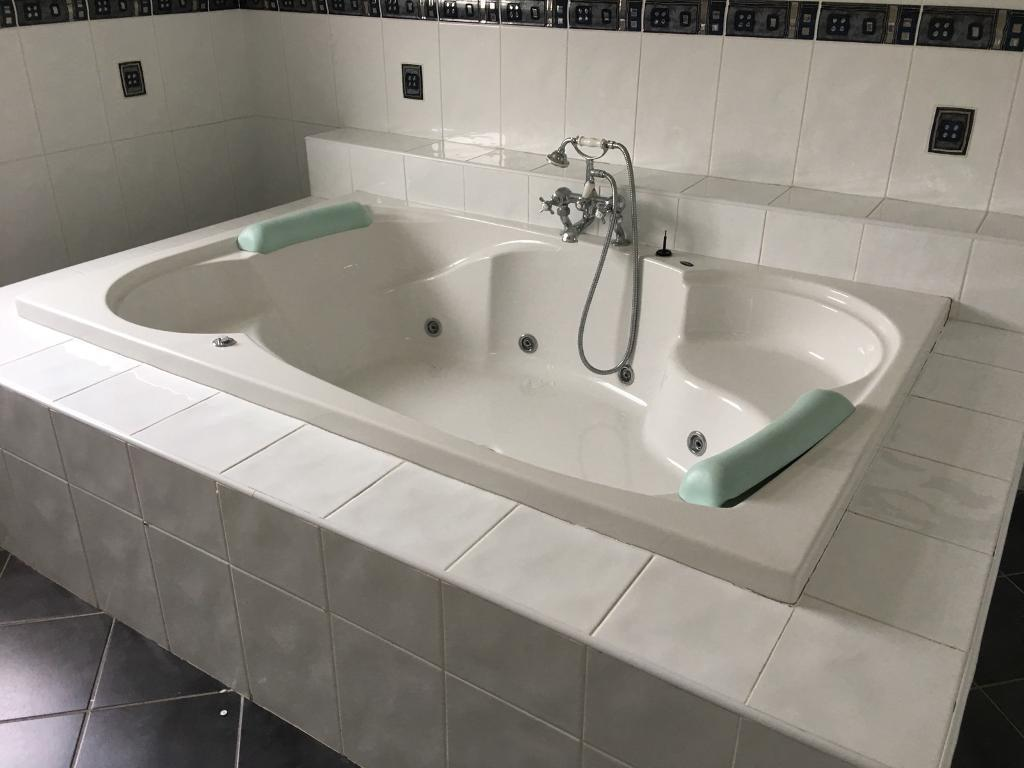 Carron Jacuzzi whirlpool large 2 or 4 man bath with taps and fittings