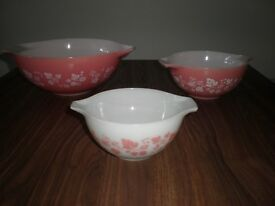 VINTAGE SET OF MIXING BOWLS.