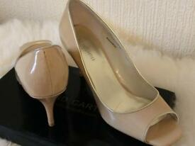 Patent high heel shoes