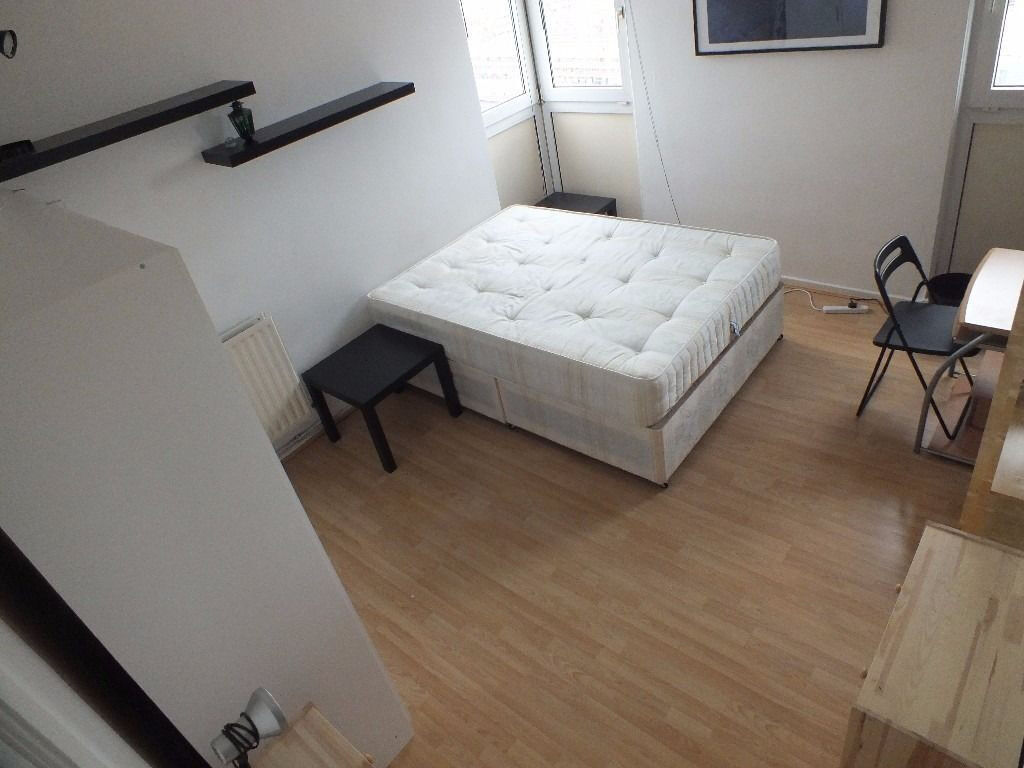Lovely Double Room Available December 16th - Only 1 stop from Bank Underground Station