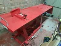 Hydraulic maintenance table