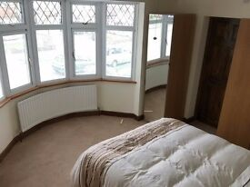 LARGE ROOM WITH EN-SUITE AVAILABLE IN A FRIENDLY GAY HOUSE