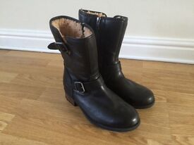 Ladies black leather Ugg boots never worn in excellent condition size 5.5 (uk)