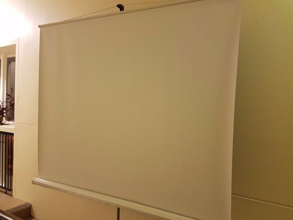 ***PRICE DROP***Portable Projector screen 180m wide, adjustable Height