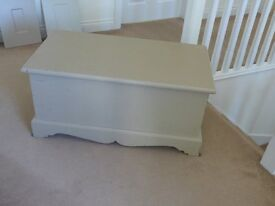 BLANKET/STORAGE BOX IN HAND-PAINTED STONE/GREY