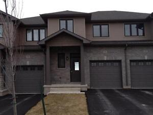 3 BED TOWNHOME IN AMHERSTVIEW! 118 Simurda Crt