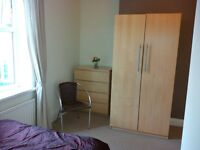 Double Room to let in Immaculate Professional Houseshare - No Deposit