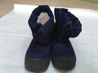 Children's snow boots size 27/27 (Euro) approx size 9 in baby/ children's UK sizes