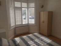 Large double front room for a couple on Grange Park Rd, 7-9 min walk to Leyton station/Central line