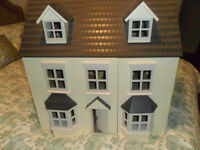 Wooden dolls house withplaypark furniture and dolls. Excellent condition. Roof and front opens up