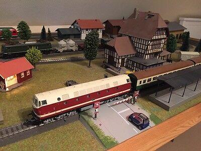 Wunderschöne Eisenbahnplatte mit 2 Bahnhöfen, Bahnübergang, Lokschuppen  & Dorf ()