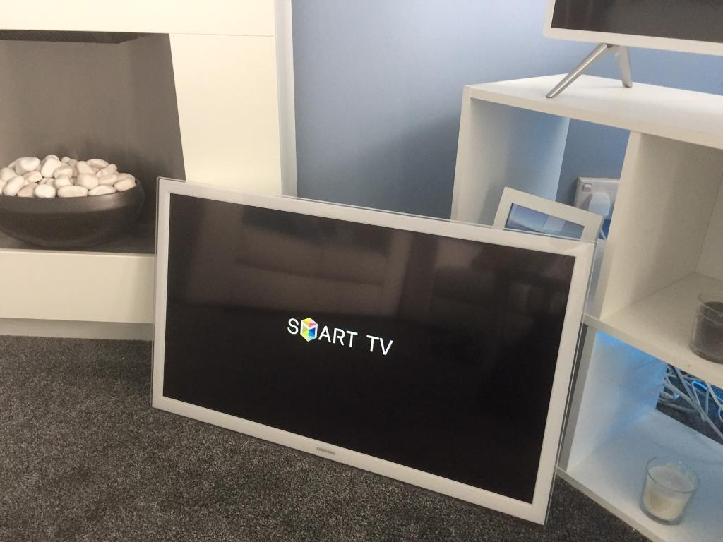 """""""WHITE"""" Samsung 32"""" SMART tvin Cardonald, GlasgowGumtree - Excellent condition and perfect working order.Comes with original remote control There is no stand or legs with tv as i have always had it on the wall, however i will include wall bracket.Model no. UE32H4510AKAny questions just ask.And no silly..."""