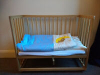 Baby co-sleeper, mattress and bedding