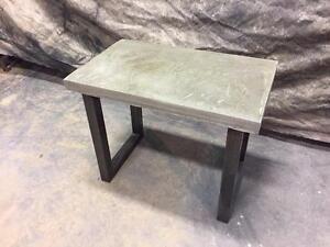 Table basse style industriel en béton et acier