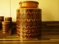 RETRO HORNSEA BISCUIT BARREL AND 12 SPICE JARS WITH STAND