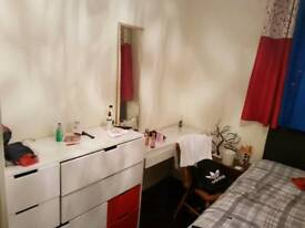 Double Room in Clapton pond, easy access to buses , free wifi