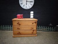 SOLID PINE FARMHOUSE CHEST OF DRAWERS VERY HEAVY UNIT IN VERY GOOD CONDITION 81/49/58 cm £45