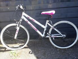 Girls bicycle - very good condition Age 9-11