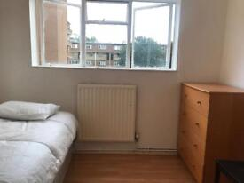 Lovely single room in Elephant and Castle with Fridge family house