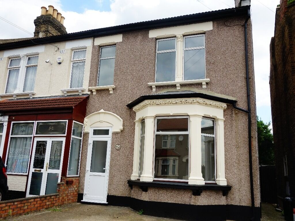 **4 BEDROOM HOUSE**NEWLY REFURBISHED**CLOSE TO STATION**AVAILABLE NOW**