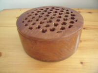 Vintage (1980s) round wooden pot pourri bowl & perforated lid-useful for jewellery & make-up.£5 ovno