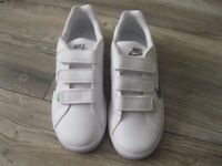 BOYS GIRLS NIKE TRAINERS SIZE 5 1/2 WHITE COURT TRADITION 2 PLUS 'NEW NEVER BEEN WORN