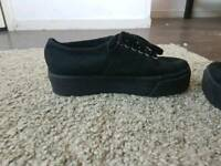Flatform shoes.